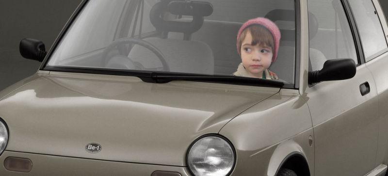 enfant seul dans une voiture