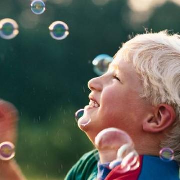 enfant jouant avec des bulles de savon