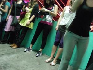 Longue attente devant les toilettes des filles...