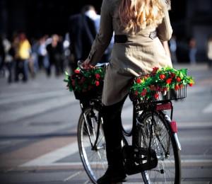Femme ‡ vÈlo avec des fleurs