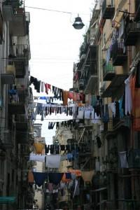 du linge qui sèche au-dessus d'une rue de Naples