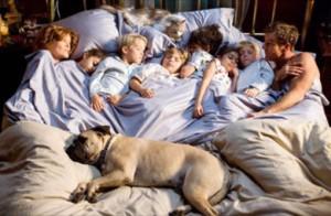 famille et chien au lit