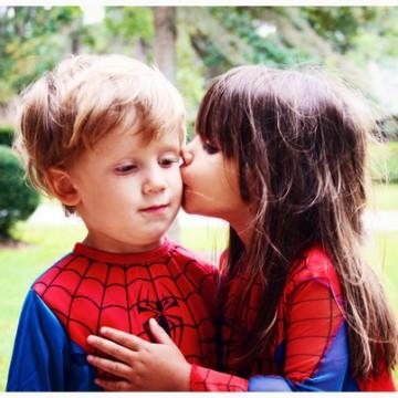 Petite fille embrasse petit garçon