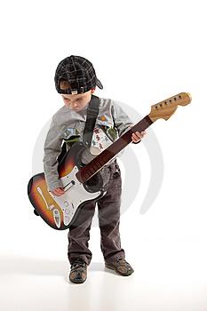 enfant jouant de la guitare Èlectrique